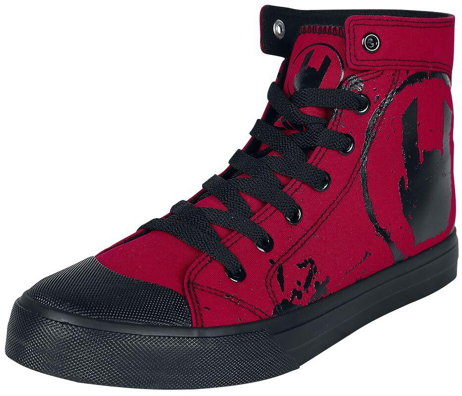 Röda sneakers med rockhand-tryck